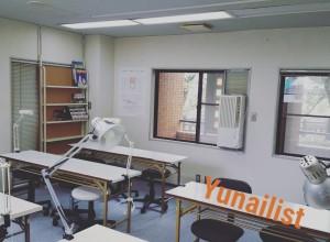 窓に囲まれた明るい教室でネイルを学びましょう🎵